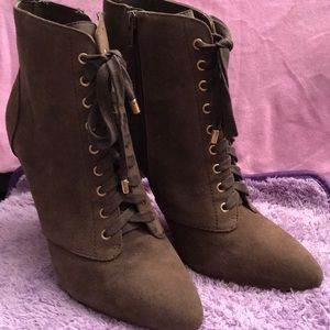 Betsy Johnson ankle bootie Suede 8.5